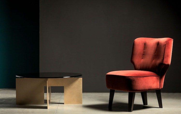 poltroncina imbottita e tavolino di design